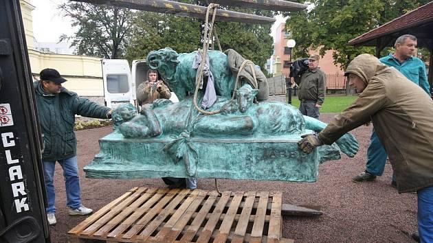 """Sousoší """"MRTVÝ ÁBEL""""  významného českého sochaře a ústeckého rodáka Quido Kociana bude slavnostně odhaleno dnes v 16 hodin na zahradě u Kocianovy vily v Ústí nad Orlicí."""