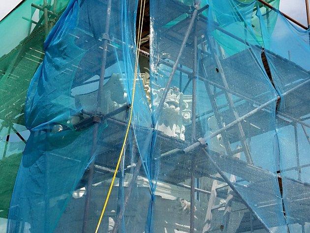 V Letohradu pokračuje oprava morového sloupu.