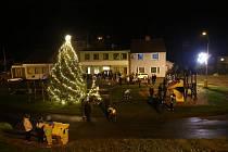 Tradiční předzvěstí adventu je rozsvícení vánočního stromu a výzdoby v městské části Černovír.