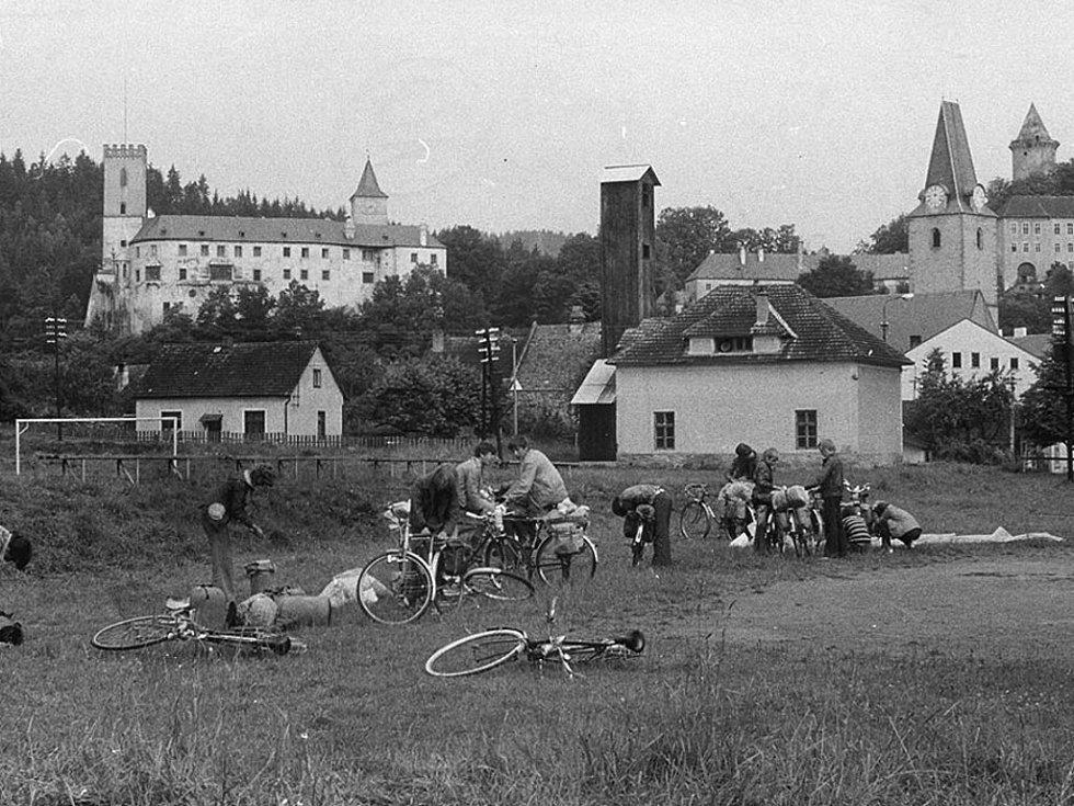 Byly doby, kdy se dalo bez problémů tábořit na nejrůznějších místech, jak dokládá levý snímek z jižních Čech z konce sedmdesátých let minulého století.