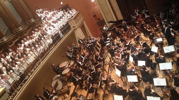 Slavnostního koncertu k výročí sametové revoluce se v Rudolfinu zúčastnil také pěvecký sbor Gymnázia v Ústí nad Orlicí.