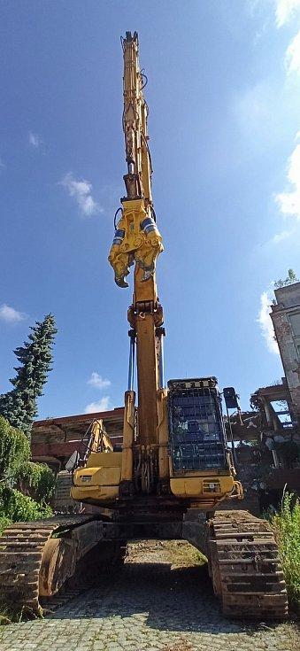 80 tun těžký stroj s 26 metry dlouhým ramenem továrnu postupně rozebere.