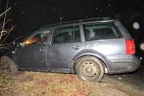 Řidič skončil s autem v příkopě