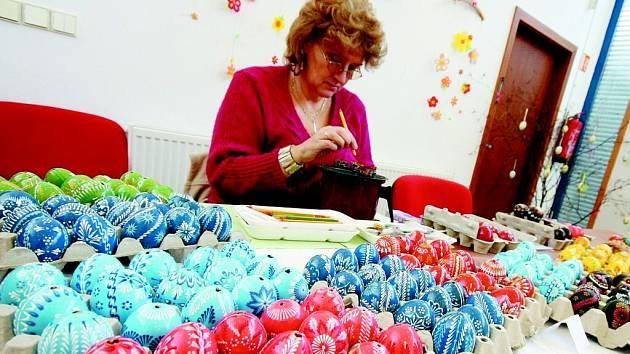 Alena Sršňová a její kraslice na jedné z minulých velikonočních výstav v Ústí nad Orlicí.