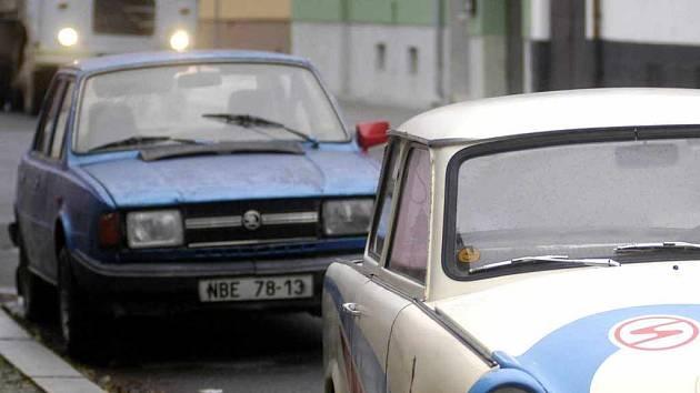 Zloděj si vybral auta starších značek (Ilustrační foto).