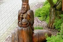 Podle pověsti zanechal Karel IV. stopu v Lukavici. Připomíná to dřevěná socha.