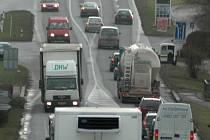 Stále vyšší frekvence dopravy na průtahu silnice první třídy číslo 35 Vysokým Mýtem trápí spoustu lidí.