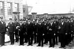 Železničářská dechová hudba v roce 1935. Vlevo je kapelník Leopold Paul. V první řadě vpravo je budoucí kapelník Čenda Urbánek. Snímek pořídila Růžena Sobotková u dívčí školy v ulici Komenského.