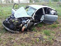 V pátek 4. května v 5.52 hodin zasahovali hasiči z Vysokého Mýty na silnici z Mýta směrem na Choceň, kde havaroval řidič se svým vozem.