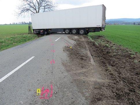 Cizinec po smyku narazil do stromu a mezi obcemi Helvíkovice a Kameničná zneprůjezdnil celou vozovku II. třídy č. 310.