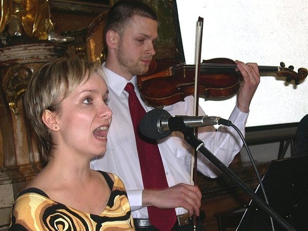 """Výborný multiinstrumentalista Tomáš Krejča a jeho """"osobní múza"""" zpěvačka Hana Švobová."""