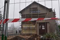 Oprava nádražní budovy ve Vysokém Mýtě začala.