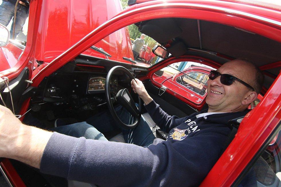 """Devátý ročník regionálního setkání majitelů a přátel vozidel Citroen 2 CV lidově nazývaného """"Kachna"""", se uskutečnil ve středu 8. května na Andrlově chlumu u Ústí nad Orlicí."""