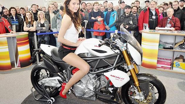 Na prezentaci motocyklu FGR Midalu se podílela také modelka Aneta Sychrová, jejímž rodištěm je Ústí nad Orlicí.
