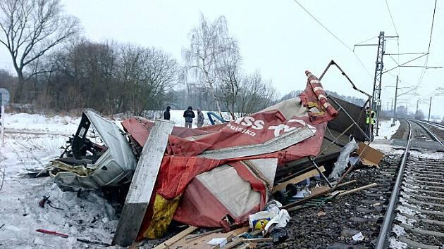 Účet za pondělní nehodu vlaku   a kamionu je víc než tři miliony