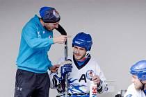 Během utkání radí Tomáš Friml svým svěřencům, jak by se měli v určitých situacích zachovat.
