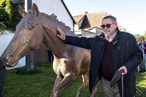V Zámrsku na Orlickoústecku před dostihovým centrem odhalili 12. října 2019 bronzovou sochu koně Peruána, trojnásobného vítěze Velké pardubické.