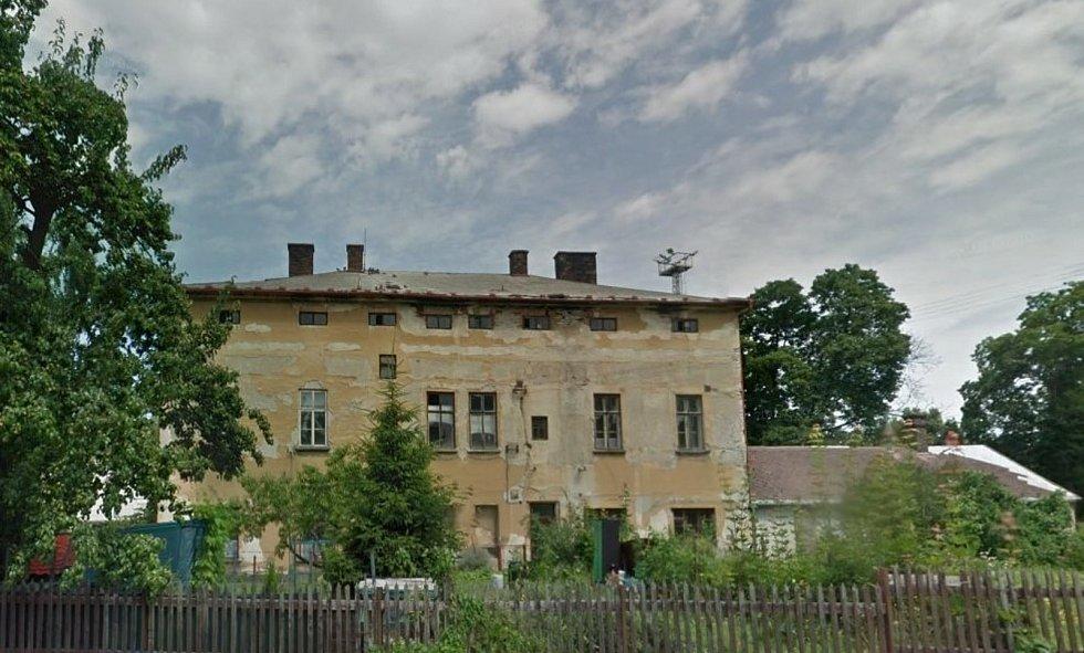 Zchátralá budova bývalého Spieglova hostince před začátkem demolice