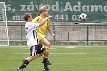 Penaltu nařízenou po faulu na Kuklu s přehledem proměnil Zdeněk Dostál (na snímku vpředu), tím stanovil výsledek.