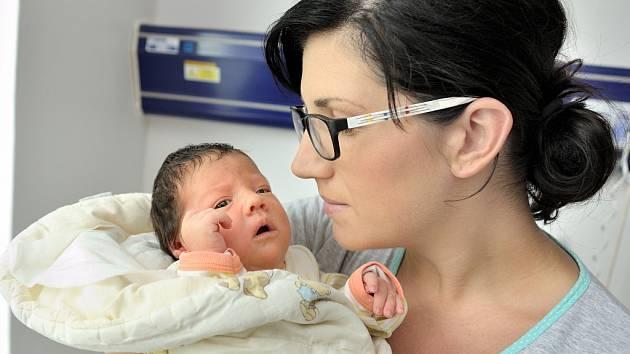 Jolana Švestková se narodila 26. června v 8.01, kdy vážila 3,67 kg. Radost z ní mají rodiče Klára a Martin i sestřička Diana z Němčic.