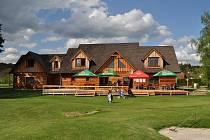 Golf resort Osyčina v obci Dobříkov nabízí unikátní zahrádku s výhledem na golfové hřiště. Hosté tak mohou ochutnat nejen zdejší kuchyni, ale zahrát si golf nebo jen sportovce pozorovat.