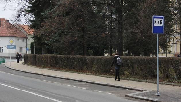 Kiss and ride, polib a jeď, nabádá řidiče-rodiče ve Vysokém Mýtě nová dopravní značka.