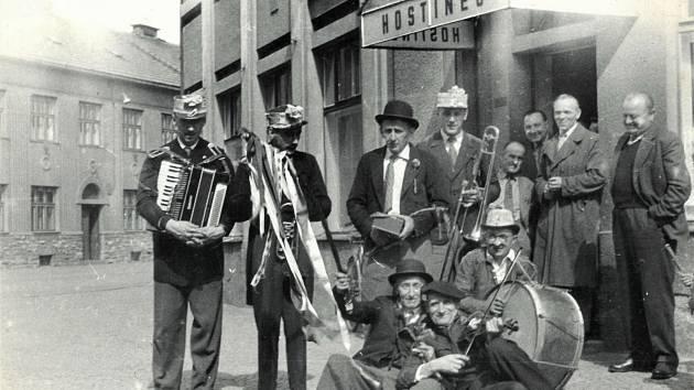 Koleda - muzikanti před hostincem, 60. léta 20. století.