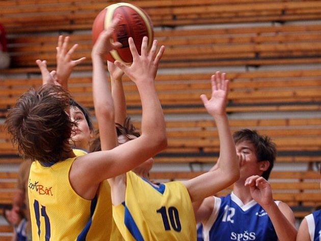 Ústečtí basketbalisté prohráli na turnaji v zápase s Náchodem, který je svým výkonem velmi překvapil, 46:29.