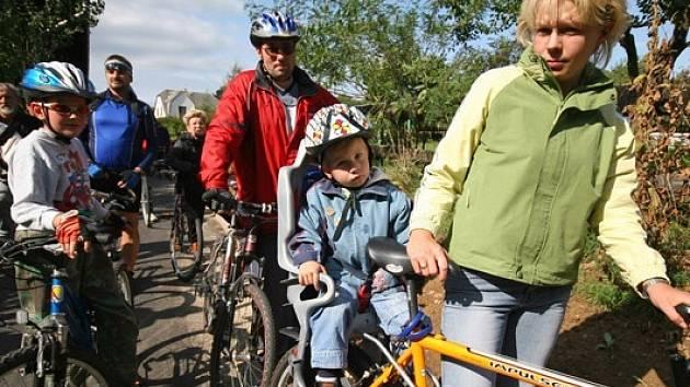 NOVOU CYKLOSTEZKU vyzkoušel v pátek odpoledne početný peloton cyklistů všech generací.
