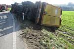 Na silnici za Jablonným nad Orlicí si kamion lehl do příkopu.