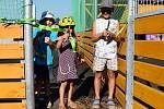 Hřiště U Borku je zbrusu nové, pásku stříhaly samy děti.