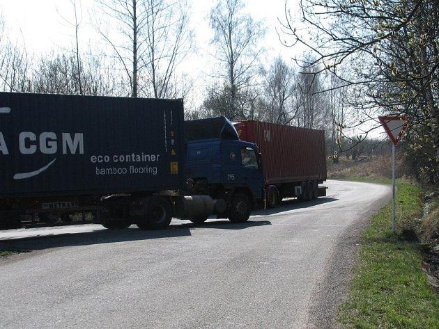 Kamiony na příjezdové silnici k překladišti Metrans.