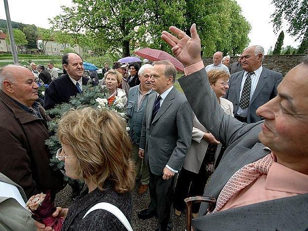 Řecký velvyslanec Vasilios Ikosipentarchos (uprostřed) ocenil při slavnosti úsilí představitelů obce při péči o památník na těchonínském řeckém hřbitově.