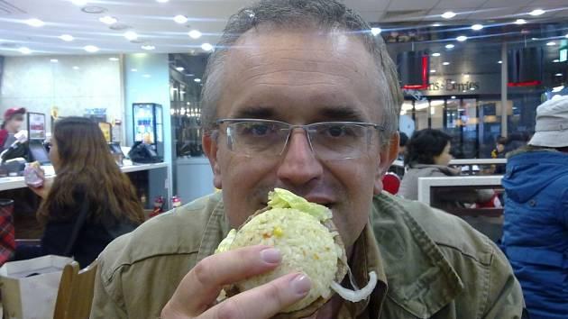 Dr. Leoš Středa a zdravý hamburger.
