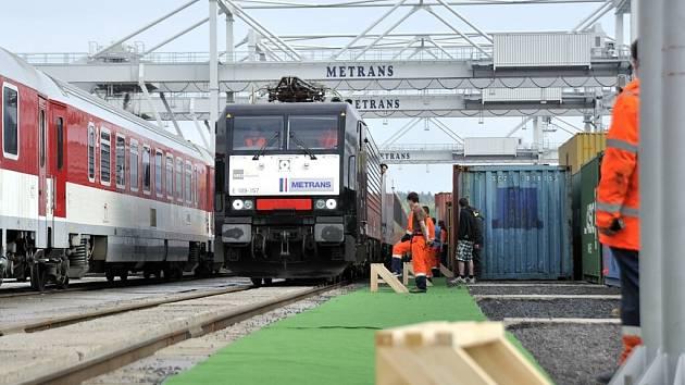 Z otevření železničního kontejnerového překladiště společnosti Metrans v České Třebové.