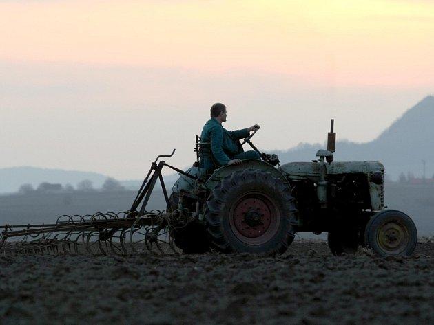 Zemědělci využívají přízně počasí.