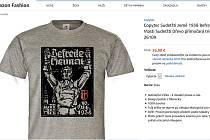Stránka eshopu amazon.de, kde byl trička s potiskem v nabídce.