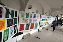 """Až do neděle je v arkádách letohradského zámku k vidění výstava kreseb dětí z místních mateřských a základních škol na téma """"Moje oblíbená rostlina""""."""