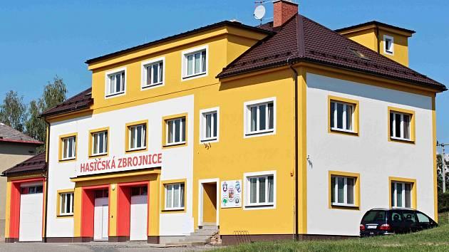 Modernizovaná budova obecního úřadu a hasičské zbrojnice v Líšnici.