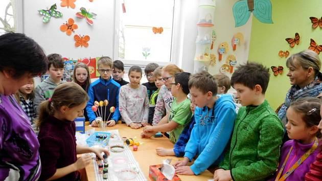 Žáci a učitelé vítali jaro.