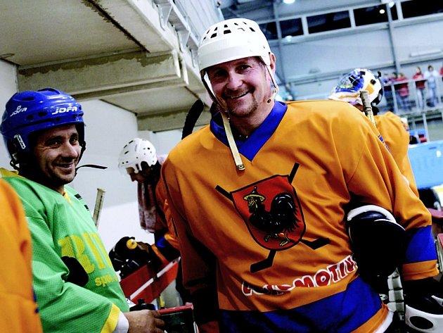 Novou halu při slavnostním otevření 'pokřtili' i hokejisté.