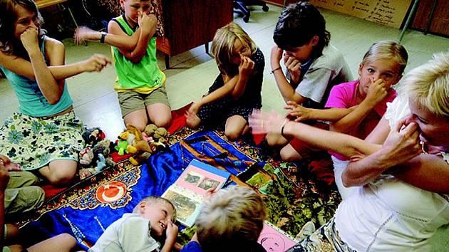 Nejmenší děti se anglicky učí zábavnou formou. Do letní jazykové školy však chodí i dospělí.