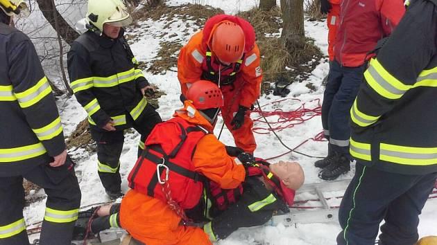 Prověřovací cvičení na zamrzlé vodní ploše v obci Rybník.