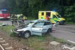 Řidič osobního auta byl odvezen do nemocnice.