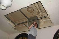 Demontáž stropních podhledů v restauraci na ústeckém nádraží.