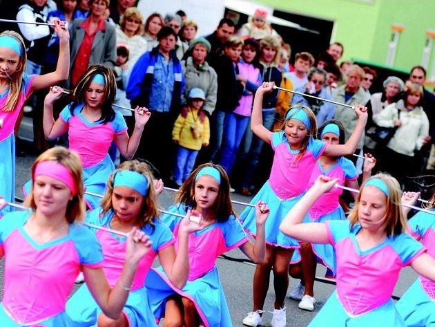 Program oslav v Žamberku zahájili muzikanti a mažoretky z místní ZUŠ.