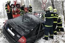 Hasiči pomohli autu z příkopu
