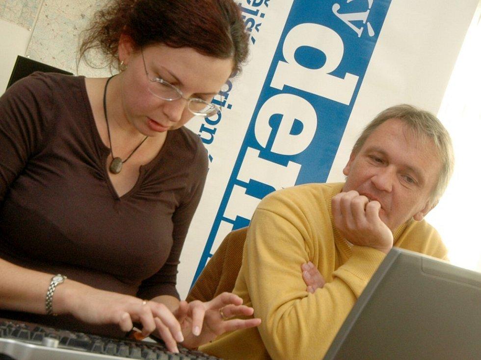 Protagonistou on-line rozhovoru byl populární římskokatolický farář Zbigniew Czendlik, který prostřednictvím webových stránek Orlického deníku zodpověděl řadu otázek. Asistentkou při rozhovoru byla webeditorka Tereza Dolinová.