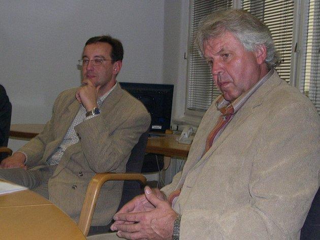 Předsedou a mluvčím Místní akční skupiny Košumbersko a Vysokomýtsko je Milan Mandík (vpravo). Vedle něj je František Jiráský, vysokomýtský místostarosta.