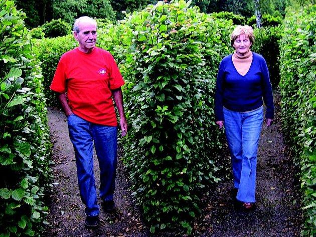 """Při """"kontrole"""" labyrintu jsme v sobotu zastihli Janu a Karla Růžičkovy, tedy rodiče Davida Růžičky, autora podoby brandýského bludiště."""
